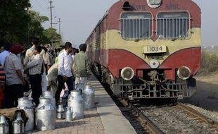 Des passagers attendent de monter à bord du train à Jalandhar, ville indienne de l'état du Pendjab