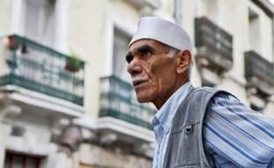 Un habitant de Figuerolles devant les façades fraîchement rénovées du quartier.
