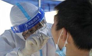 Un habitant de Huaian, dans la province chinoise du Jiangsu, dans l'est de la Chine, fait un test antigénique, le 2 août 2021.