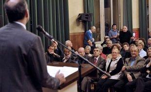 """Jean-François Copé a assisté lundi soir à Chartres à une réunion publique UMP qui s'est vite transformée en séance de psychothérapie de groupe, certains des quelque 250 militants présents prenant la parole pour regretter le """"cauchemar"""" de l'élection à la présidence de l'UMP."""