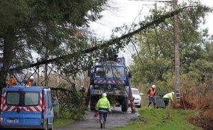 Des techniciens d'ERDF réparent des lignes endommagées par des orages le 24 décembre 2013 à Plouagat près de Guingamp