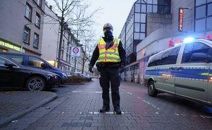 Un policier bloque l'accès à une rue de Francfort, le 6 décembre 2020.