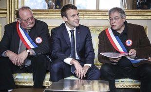 Emmanuel Macron (centre) à côté de Vanik Berberian (à droite) président de l'Association des maires ruraux de France le 14 janvier 2019 à Paris