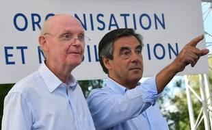 François Fillon (à droite) en compagnie de son directeur de campagne Patrick Stefanini, le 28 août 2015 à Sable-sur-Sarthe.