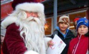 Le Père Noël au Groenland a retrouvé le sourire au fond de sa vallée des glaces. Sa caisse, vide il y a un mois, s'est remplie grâce à deux pères de famille danois qui lui ont porté secours pour répondre aux lettres de dizaines de milliers d'enfants du monde entier.