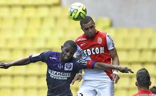 Le Monégasque Kurzawa prend le meilleur sur le Toulousain Akpa-Akpro lors du match de Ligue 1 entre Monaco et Toulouse, le 3 mai 2015.