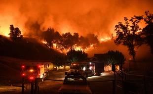 Les pompiers californiens luttent contre les flammes, le 2 août 2018.