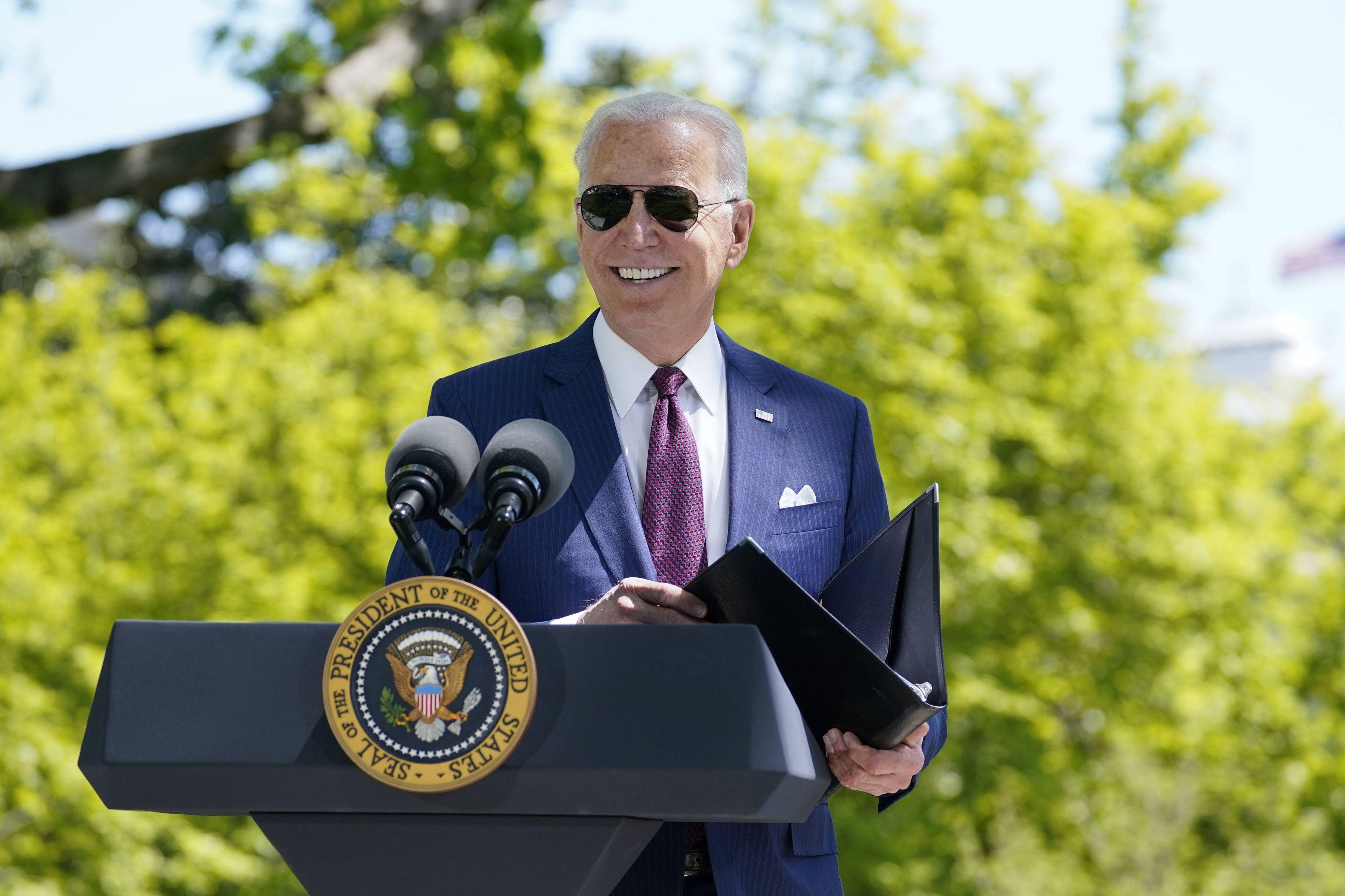 Le président américain Joe Biden fait un point presse sur le Covid-19, le 27 avril 2021, dans les jardins de la Maison Blanche.