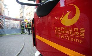 Des sapeurs pompiers interviennent pour un début d'incendie rue Vasselot, à Rennes, (Ille-et-Vilaine) le 11 janvier 2018 dans ce secteur protégé du centre historique où le feu est redouté.