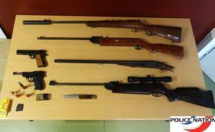 Les armes et munitions découvertes à Rezé par la police.