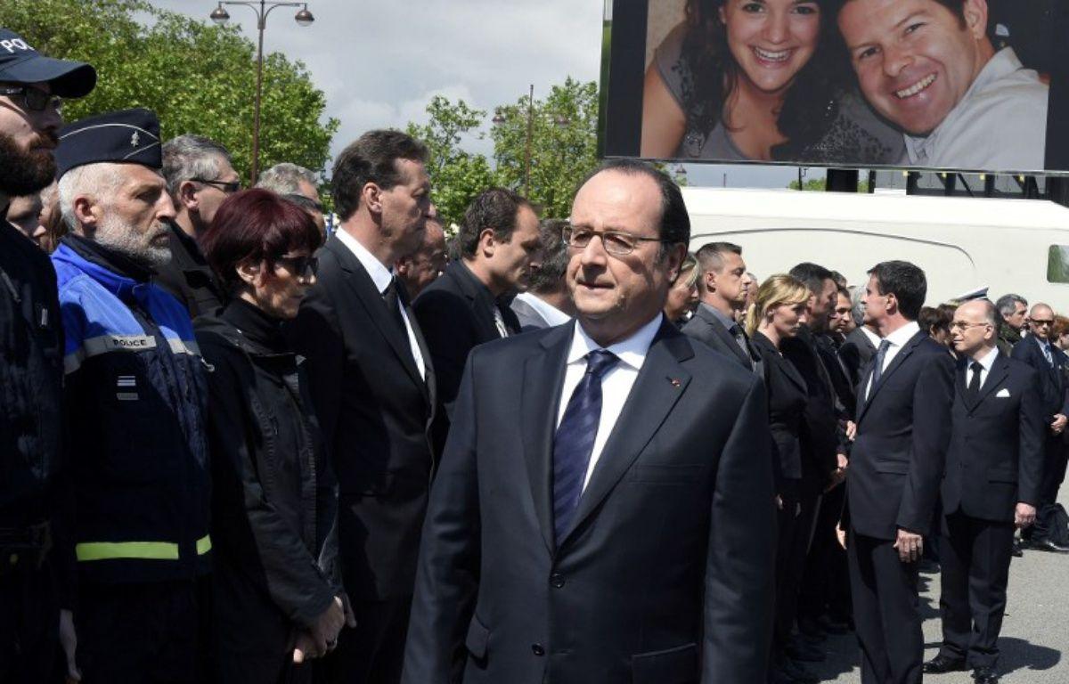 Un des policiers présents, vêtu d'un costume gris, a catégoriquement refusé de saluer François Hollande et Manuel Valls. – DOMINIQUE FAGET