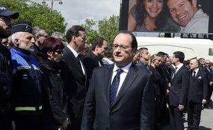Un des policiers présents, vêtu d'un costume gris, a catégoriquement refusé de saluer François Hollande et Manuel Valls.