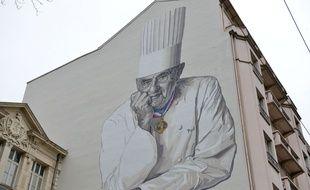 Une fresque géante dédiée à Paul Bocuse se trouve sur le mur d'un immeuble du centre-ville de Lyon depuis 2015.