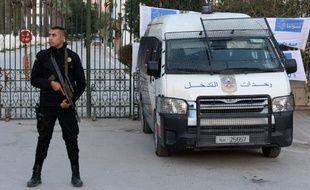 Policiers devant le musée du Bardo le 23 mars 2015 à Tunis