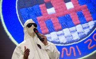 L'artiste français Invader lors d'une conférence de presse à l'espace Pierre Cardin à Paris le 7 octobre 2013.