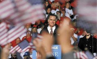 Les partisans de Mitt Romney agitent les drapeaux lorsqu'il prend la parole à West Chester (Ohio), vendredi.
