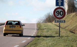 Un panneau de circulation à 90 km/h en Normandie.