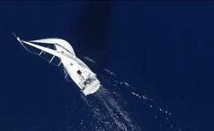 Un yacht photographié en vue aérienne.