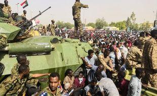 Ces manifestants soudanais à Khartoum, le 11 avril 2019, réclamaient le départ du président Béchir mais protestent également contre la mise en place d'instances militaires de transition.