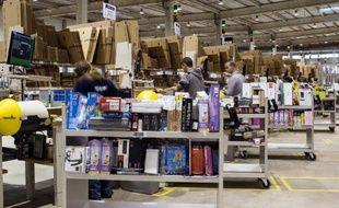 Des employés dans un entrepôt d'Amazon à Chalon-sur-Saône, le 13 décembre 2012