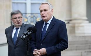 Les ministres des Transports Alain Vidalies et des Affaires étrangères Jean-Marc Ayrault à la sortie d'une réunion de crise le 19 mai 2016 à l'Elysée à Paris.