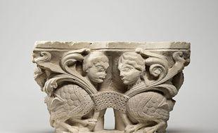 Chapiteau double aux sirènes oiseaux affrontées dans des rinceaux provenant du cloître de l'abbaye de Saint-Denis