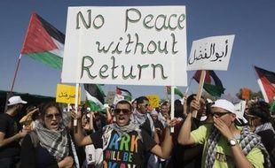 """Des milliers d'Arabes israéliens ont marqué jeudi la """"Nakba"""" (catastrophe), l'exode des Palestiniens ayant accompagné la création d'Israël il y a 64 ans, en marchant vers un kibboutz, où se trouvaient avant 1948 deux villages arabes."""