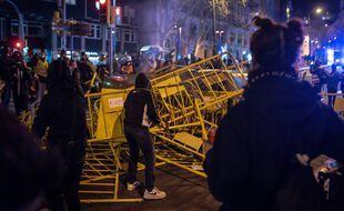 Une barricade dans une rue de Barcelone, le 20 février 2021.