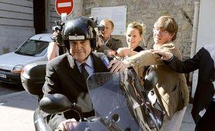 Frédéric Mitterrand quitte le ministère de la Culture entouré par les journaliste, Paris, le 24 juin 2009.