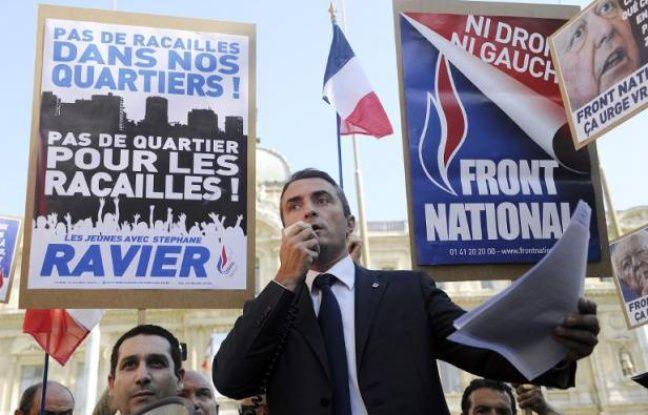Une centaine de personnes se sont rassemblées mercredi en fin d'après-midi à Marseille à l'appel de Stéphane Ravier, candidat du Front National (FN) aux municipales,