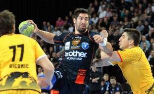 Montpellier se dirige tout droit vers son 14e titre de champion de France, le 10e en onze ans, après sa victoire péniblement arrachée sur son plus proche concurrent Chambéry 28 à 27 (mi-temps: 14-13) au terme d'un match splendide, jeudi lors de la 17e journée de D1 de handball.