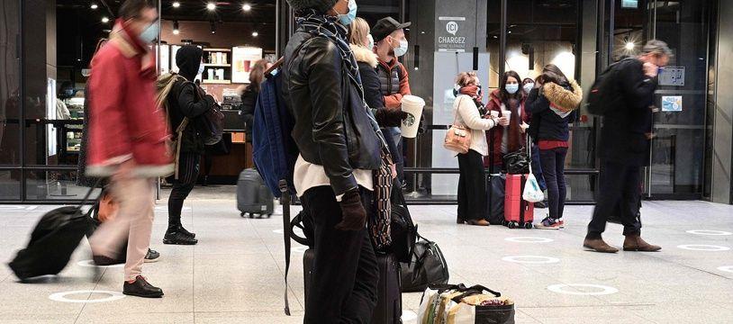 Des passagers gare Montparnasse à Paris, le 19 mars 2021.