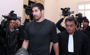 Nikola Karabatic et son avocat, Jean-Marc Nguyen Phung, quittent le tribunal de Montpellier, le 16 octobre 2012. AFP PHOTO / PASCAL GUYOT