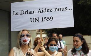 Des manifestants anti-Hezbollah devant l'ambassade de France à Beyrouth le 14 juillet 2020.