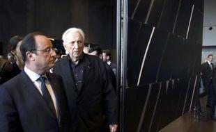 Le président de la République François Hollande et le peintre Pierre Soulages lors de l'inauguration du musée Soulages de Rodez, le 30 mai 2014