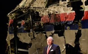 Tjibbe Joustra, le président du Bureau d'enquête néerlandais pour la sécurité (OVV),donne les résultats de l'enquête sur le crash du vol MH17  devant les débris du cockpit reconstitué sur la base aérienne de Gilze Rijen le 13 octobre 2015