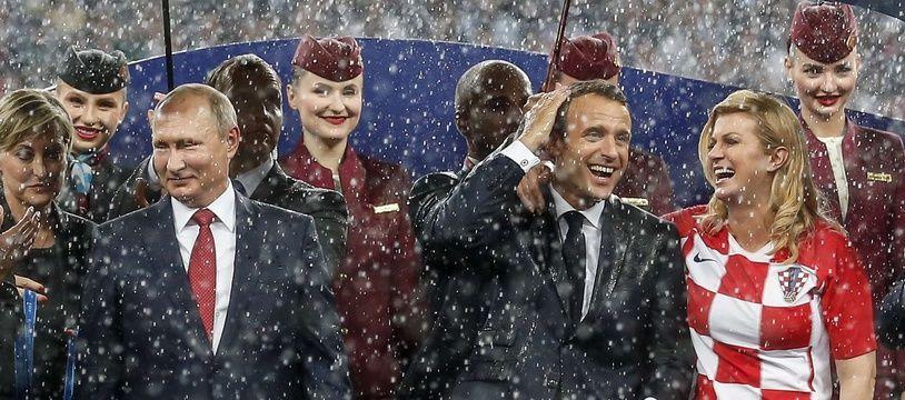 Emmanuel Macron célèbre la victoire des Bleus aux côtés du président russe Vladimir Poutine et de la présidente croate Kolinda Grabar-Kitarović.