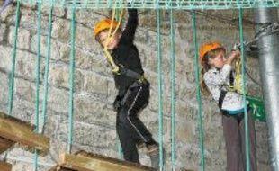 Les enfants évoluent en toute sécurité, attachés tout au long du parcours.