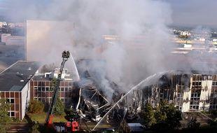 Un gigantesque incendie a ravagé mardi matin 55 entreprises et start-up à Villeurbanne.