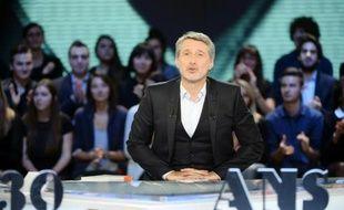 """Antoine de Caunes présente """"Le Grand Journal"""" le 4 novembre 2014 à Paris"""