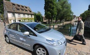 Toyota et Electricite de France testent a Strasbourg une voiture hybride rechargeable, en avril 2010.