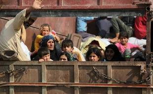 Des civils Kurdes fuient la ville de Kobané à la frontière turque, le 16 octobre 2019.