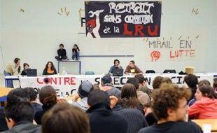"""Le Mirail à Toulouse a été fermé dans sa totalité et """"jusqu'à nouvel ordre"""" par son président Daniel Filâtre, après l'occupation des locaux administratifs lundi par une centaine d'étudiants qui ont causé de """"graves incidents"""" (dégradations notamment), condamnés par la ministre Valérie Pécresse."""