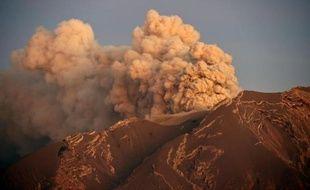 Le volcan Calbuco duquel s'échappe de la fumée, vu depuis Puerto Varas le 24 avril 2015