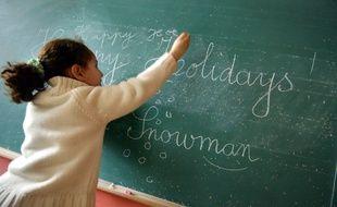 Un cours d'initiation à la langue anglaise dans une classe de CE2 à Hérouville Saint-Clair, le 1er mars 2005.