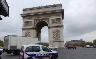 Une voiture de police sur les Champs-Elysées, le 18 novembre 2013.