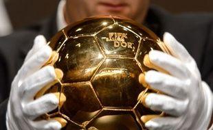 Le Ballon d'Or présenté en conférence de presse à Zurich, le 13 janvier 2014.