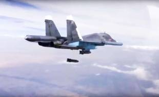 Photo d'archives du 9 décembre 2015 tirée d'une vidéo du ministère russe de la Défense et montrant un Su-34 larguer une bombe sur une cible en Syrie.