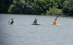 Des adeptes du canoë en rivière. Illustration