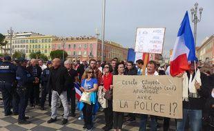 Des centaines de personnes ont manifesté mercredi en soutien aux policiers.